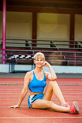Sportive woman - p904m1031348 by Stefanie Päffgen