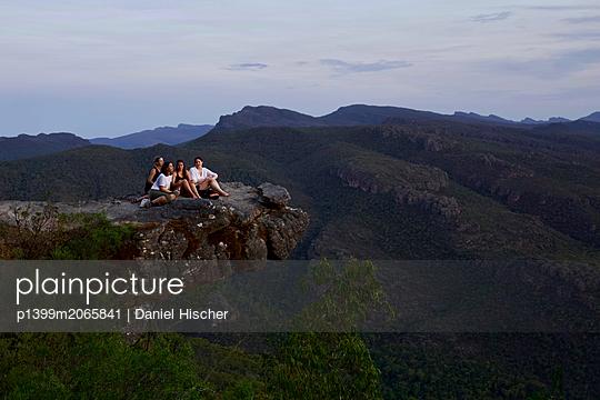 Personen auf einem Felsvorsprung - p1399m2065841 von Daniel Hischer
