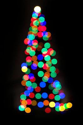 Colourful christmas tree - p1237m2124998 by Paul W. Nähr