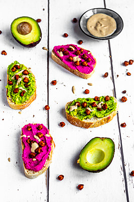 Baguette with guacomole and beetroot hummus, roasted chick peas and tahin dressing - p300m1587081 von Sandra Roesch