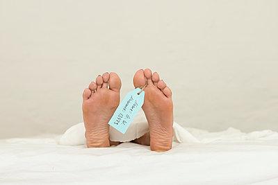 Füße einer Leiche - p427m1195669 von Ralf Mohr