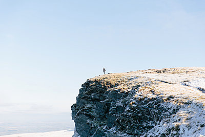 Woman standing on outcrop, Llyn y Fan Fach, Brecon Beacons, Wales - p429m1014509 by Philippa Langley