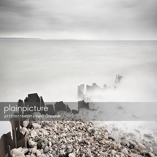 Wellenbrecher im Nebel an der Küste - p1137m1154991 von Yann Grancher
