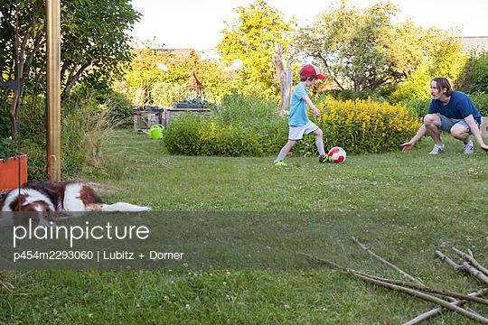 Dösen und Fußball spielen - p454m2293060 von Lubitz + Dorner
