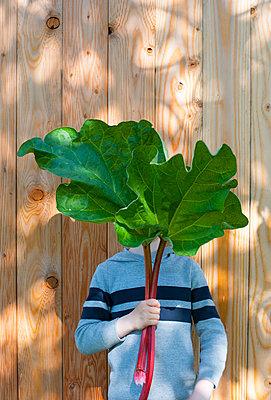 Child behind a leaf - p116m2278716 by Gianna Schade