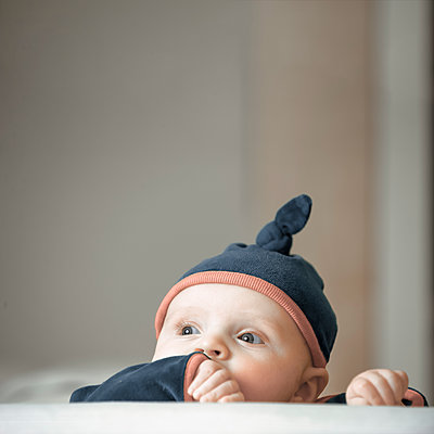 Cute baby boy in a blue hat - p1228m1199990 by Benjamin Harte