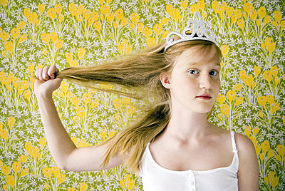 Portrait of a girl wearing a tiara - p34810525 by Inger Bladh