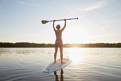 Stand up Paddle auf dem See - p464m1574253 von Elektrons 08