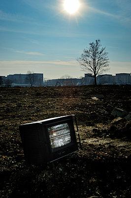 Fernseher auf einem Feld - p491m1132546 von Ernesto Timor