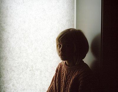 Portrait of girl half in shadow - p945m1468115 by aurelia frey