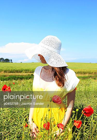 Woman among poppies - p0452768 by Jasmin Sander