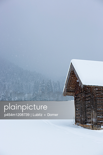 Hut in the snow - p454m1208739 by Lubitz + Dorner