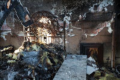Zimmer nach Brand - p265m1200886 von Oote Boe