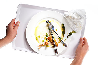 Tablett mit Essensresten - p851m1048599 von Lohfink
