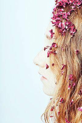 Mädchen mit Blütenblättern - p1540m2211027 von Marie Tercafs