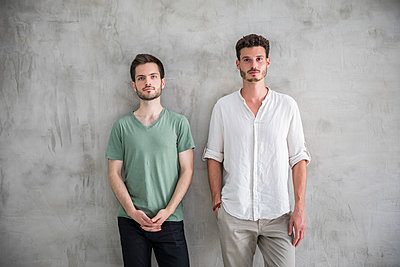 portrait of two young men - p276m2110624 by plainpicture