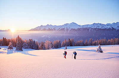 Austria, Tyrol, couple swshoeing at sunrise - p300m1587355 by Christian Vorhofer