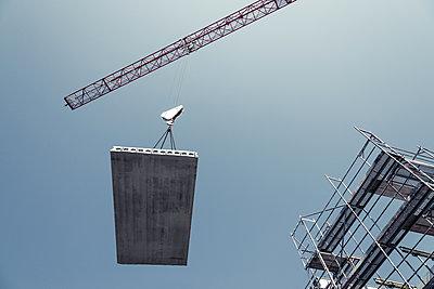 Kran transportiert ein Bauteil  - p354m1133761 von Andreas Süss