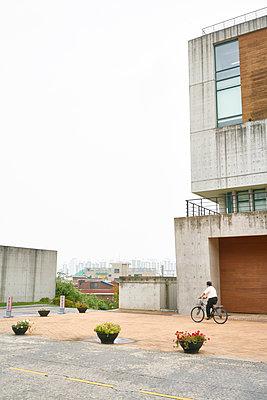 Fahrradfahrer in Seoul, Südkorea - p066m2015489 von Studio71