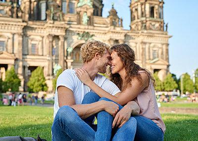 Junges Paar am Berliner Dom - p1124m1463325 von Willing-Holtz
