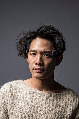 Asiatischer Mann im Pullover Porträt - p1284m1541339 von Ritzmann