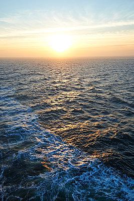 North Sea with sunrise - p851m1048668 by Lohfink