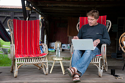 Man working on laptop - p896m834605 by Sabine Joosten