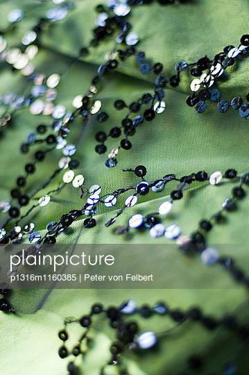 Nahaufnahme von grünen Stoff mit ein Muster von Pailetten - p1316m1160385 von Peter von Felbert