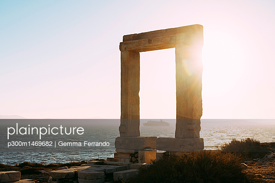 Greece, Cyclades, Naxos, Gate to the temple of Apollo at sunset - p300m1469682 by Gemma Ferrando