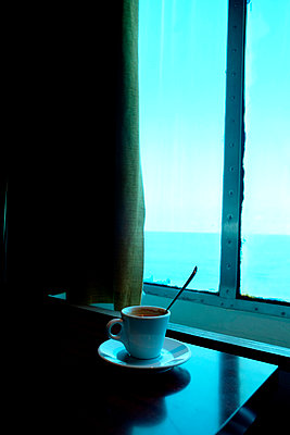 Cup of tea in front of window - p1521m2116493 by Charlotte Zobel