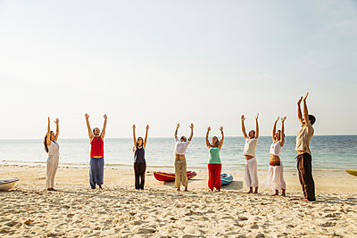 Thailand, Koh Phangan, group of people doing yoga on a beach - p300m1568317 by Mosuno Media