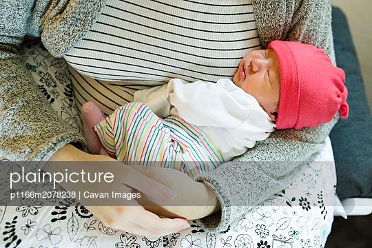 plainpicture - plainpicture p1166m2078238 - Mother holding newborn daug... - DEEPOL by plainpicture