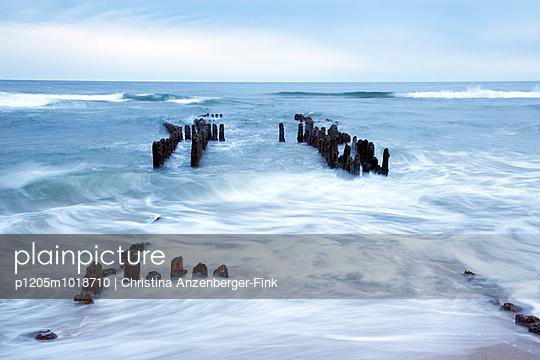 Küstenschutz - p1205m1018710 von Christina Anzenberger-Fink