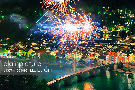 Panoramic view of Old Bridge with Bridge Gate and Castle (Schloss) during fireworks at night - p1377m1384095 by Maurizio Rellini