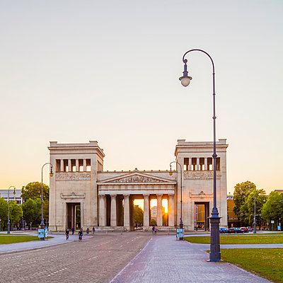 Germany, Munich, view to Propylaea at Koenigsplatz by sunset - p300m1153978 by Werner Dieterich