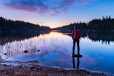 Hiker looking at sunset - p312m2092168 by Mikael Svensson