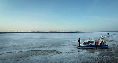 Luftkissenboot in Russland - p3900268 von Frank Herfort