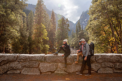 USA, California, Hikers in Yosemite National Park - p756m2254060 by Bénédicte Lassalle