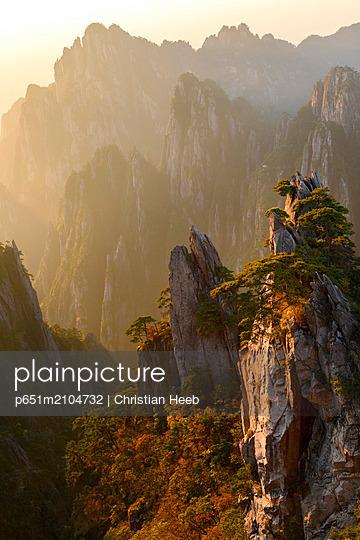 Asia, China, Anhui Province, Mount Huangshan, UNESCO, Yellow Mountain - p651m2104732 by Christian Heeb