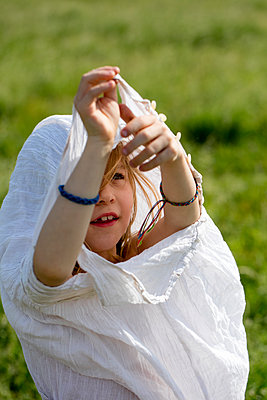 Mädchen zieht Kleid an - p1212m1145997 von harry + lidy