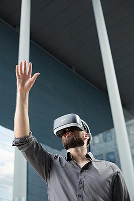 Geschäftsmann mit Virtual-Reality Brille - p1325m1464961 von Antje Solveig