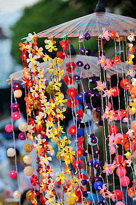 Leuchtende Blumengirlanden - p949m658124 von Frauke Schumann