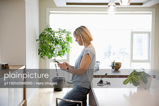 Woman working from home - p1192m2088350 by Hero Images