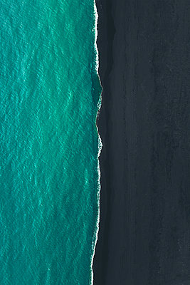 Aerial view of the black sand beach in South Iceland - p1634m2210389 by Dani Guindo