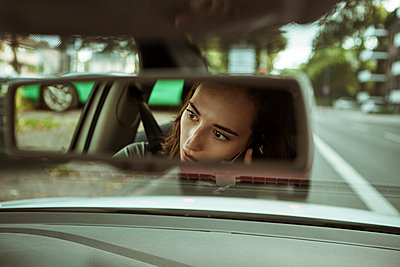 Mirror image of young woman in car talking on the phone - p300m1505437 by Team-Up