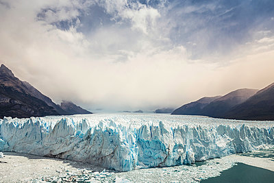 View of Perito Moreno Glacier and mountains in Los Glaciares National Park, Patagonia, Chile - p429m1495973 by Manuel Sulzer