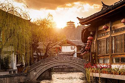 Old town of Lijiang at sunrise, Yunnan, China - p429m2023098 by WALTER ZERLA