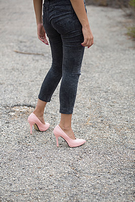 Young woman wearing pink high heels shoes walking outdoors  - p794m1510974 by Mohamad Itani