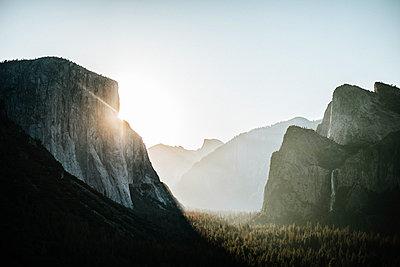 Idyllic view of El Capitan at Yosemite National Park against clear sky - p1166m1541969 by Cavan Social