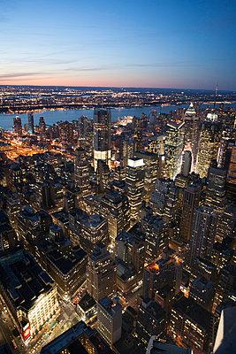 Manhattan am Abend - p741m892686 von Christof Mattes